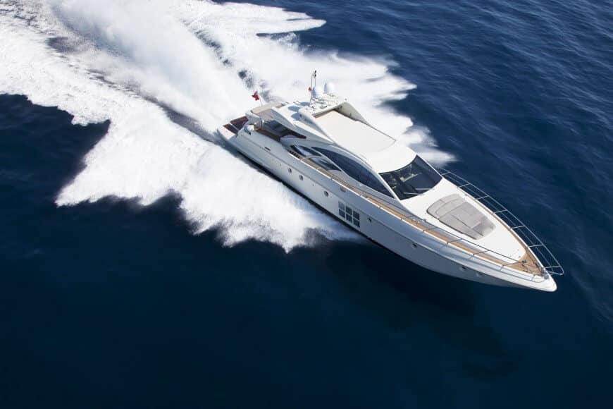 Charter-aluksen markkinointia aurinkoisella välimerellä